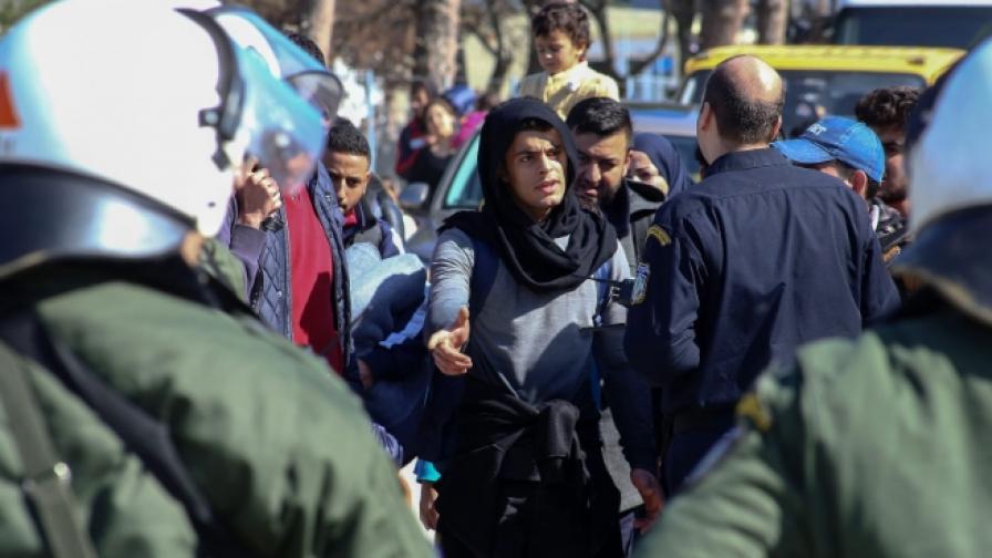 Гърция затваря мигрантите в кораби