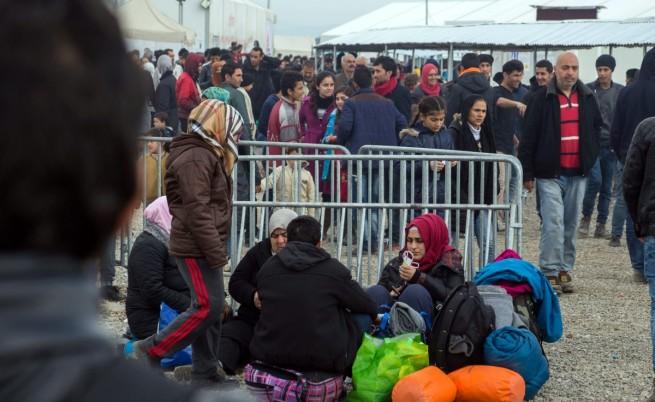 Хиляди мигранти са струпани на гръцко-македонската граница