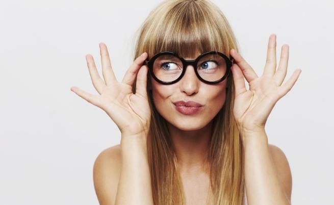 жена очила руса