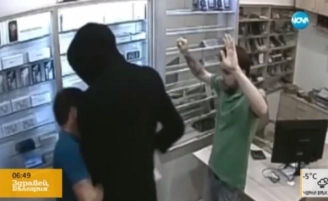 Нов грабеж - въоръжен нахлува в магазин, пистолетът му засича