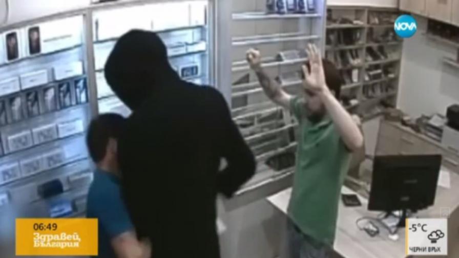 Въоръжен нахлу в магазин в София, пистолетът му засече