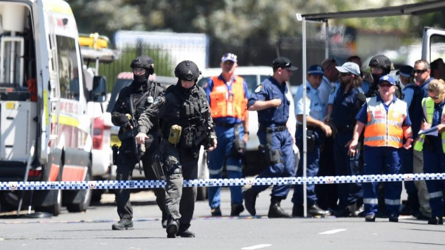 Полицията в Сидни е отцепила района около фабриката, в която се крие стрелецът