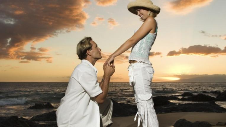 предложение брак залез плаж двойка влюбени