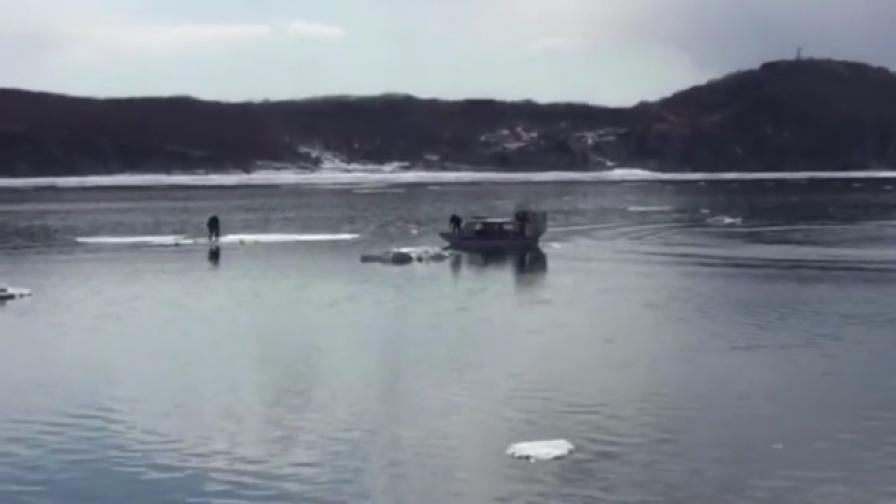 Селфи запрати рускини върху откъснат леден блок