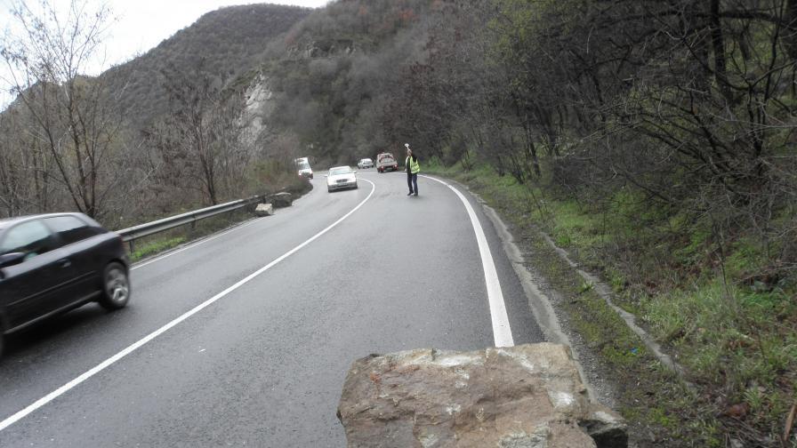 Огромна скала се заби на пътя в Кресненското дефиле