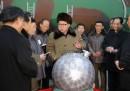 Ким Чен-ун говори с учени и техници, които участват в разработването на ядрени оръжия в Северна Корея