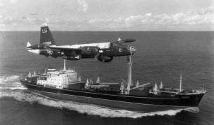 Американски патрулиращ самолет P2V Нептун прелита над съветски товарен кораб повреме на Кубинската криза през 1962 г.