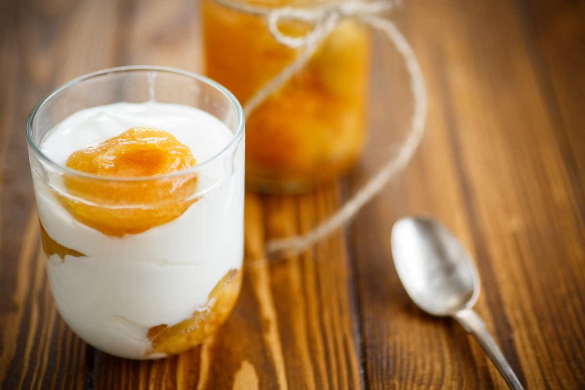 Кисело мляко - най-добре изберете обезмаслено кисело мляко и добавете към него плодове, за да му придадете сладък вкус и аромат.