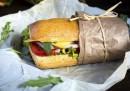 Когато отхапеш част от хартията, с която е обвит сандвича и... изобщо не ти пука