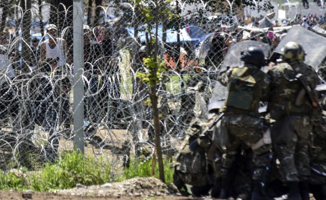 Мигранти раниха 15 македонски полицаи в Идомени