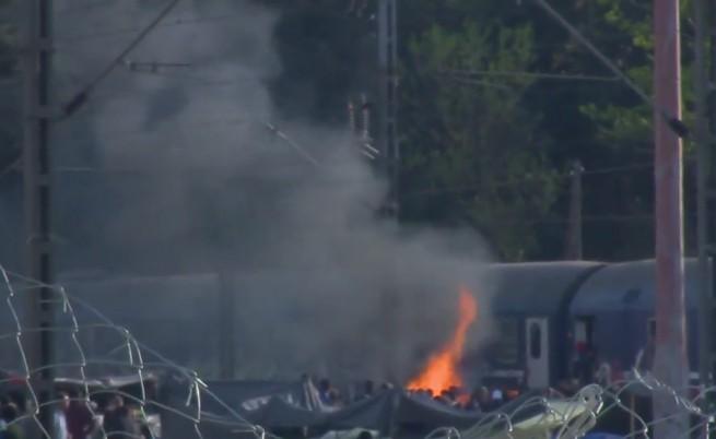 Сблъсъци между имигранти в Гърция подпалиха влак