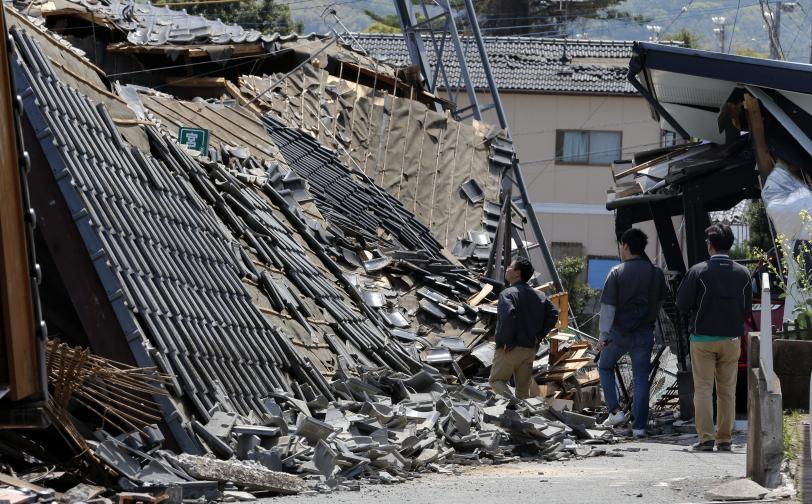 Дестки загинаха, а над 1500 души бяха ранени, след като в два поредни дни японският остров Кюшу беше разтърсен от стотици трусове, множество сгради и пътища бяха разрушени