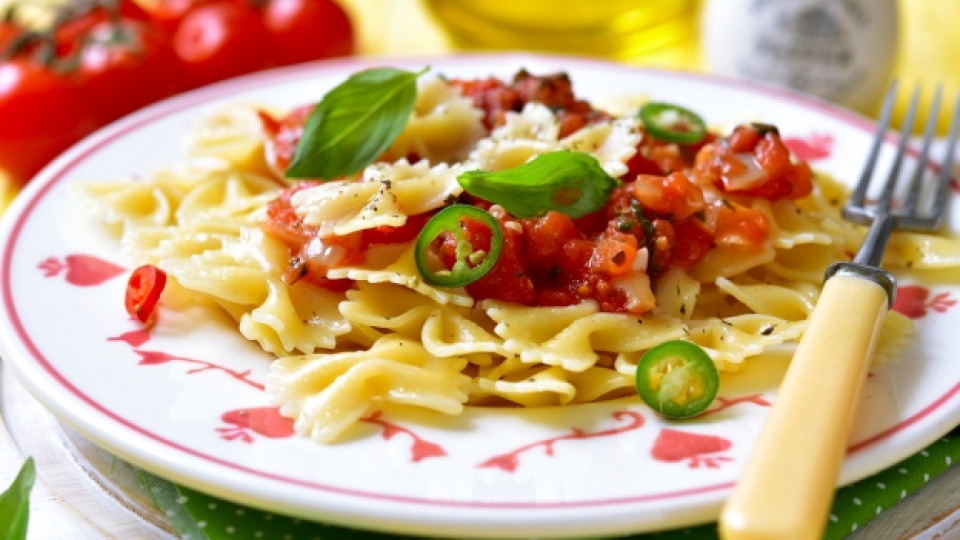 Вкусна паста с маслини и червено песто
