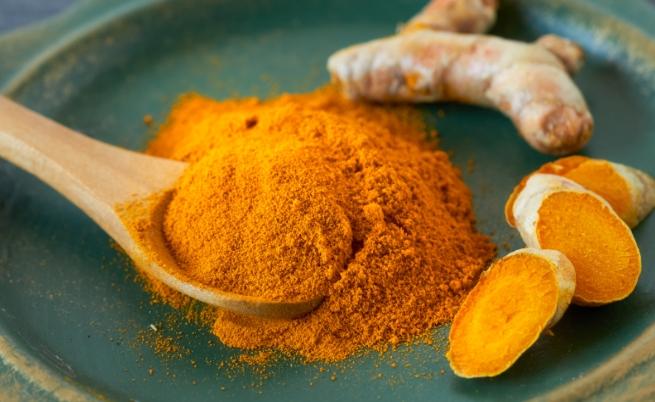 Тази вълшебна подправка намалява количеството на свободните радикали и вредата от нестабилните молекули. Освен това куркумата действа като естествен детоксикатор и нормализира теглото, като спомага за разграждането на излишните мазнини. Овкусявайте вашите ястие с куркума, за да ви е вкусно и да сте здрави.