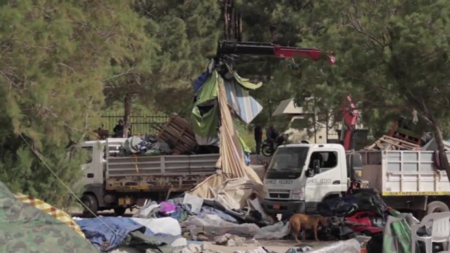 350 бежанци задържани на Лесбос, унищожиха лагер
