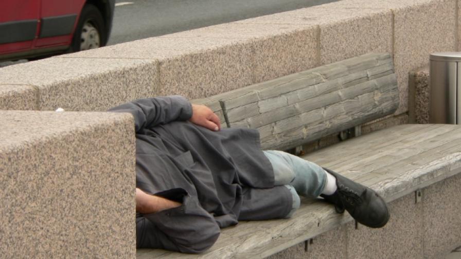 Експеримент: Какво правят бездомниците с парите си
