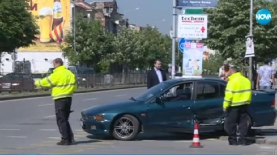 Кола блъсна жена на тротоар в София