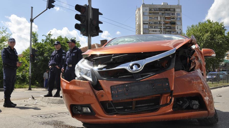 """Старозагорски """"Фиат"""" помля две коли и удари къща"""