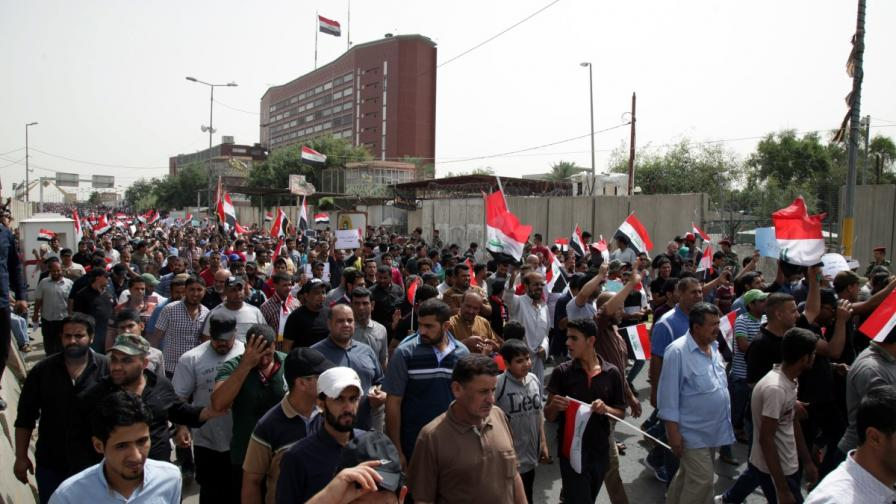 Шиити нахлуха в парламента в Ирак (видео)