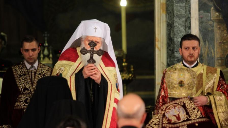 Хиляди българи посрещнаха Великден в храмовете