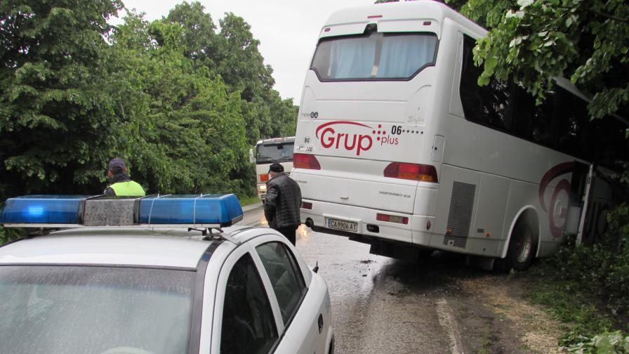 Автобус с 25 пътници катастрофира край Бяла