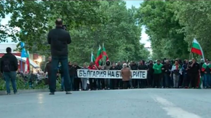 Раднево блокиран от полиция, хората протестират