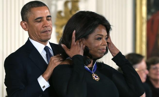 Барак Обама връчва Президентския медал на свободата на Опра Уинфри