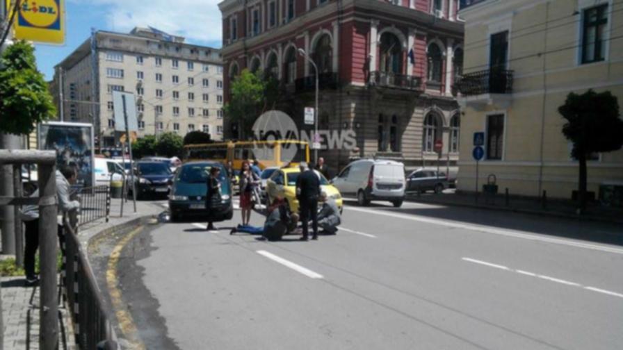 Такси блъсна пешеходка на пътека в центъра на София