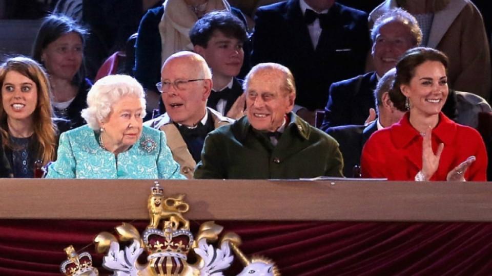 Kралица Елизабет Втора заедно със съпруга си и Кейт Мидълтън