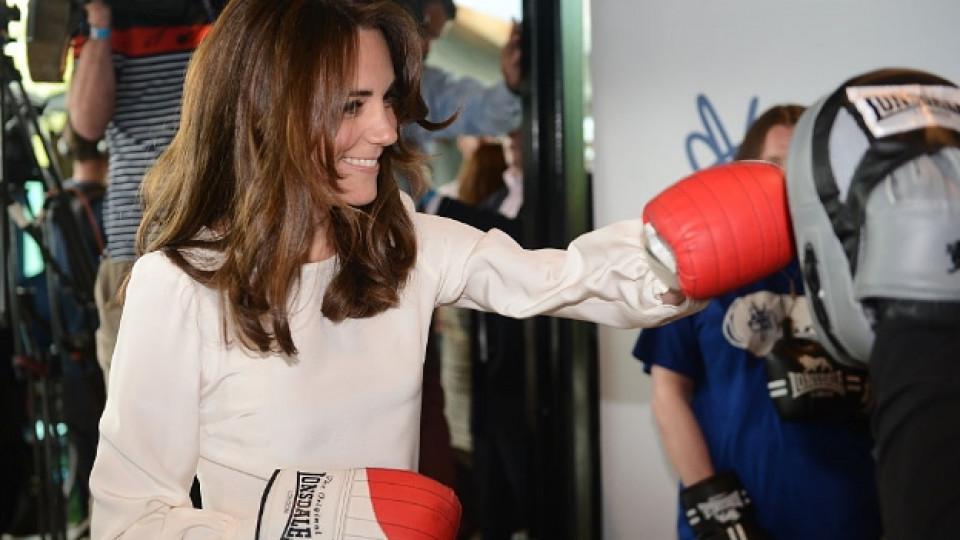 Кейт сложи боксови ръкавици
