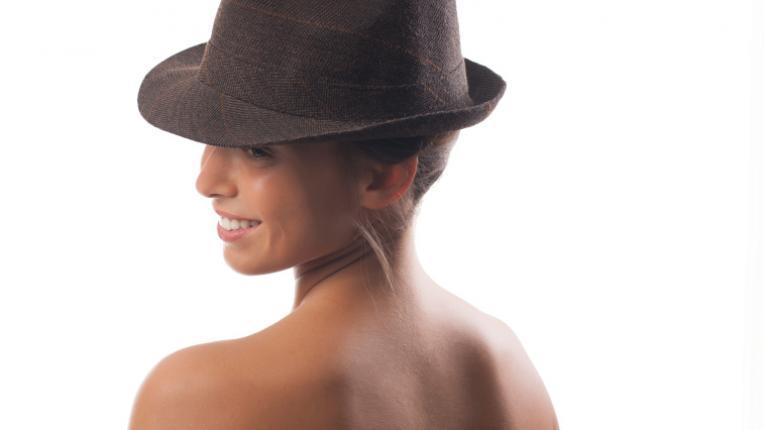 коса жена шапка
