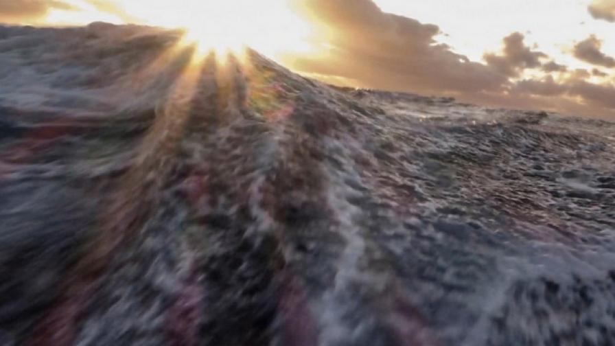 Да се изправиш срещу вълна, поглъщаща  20-метрова лодка