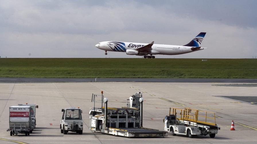"""Намериха отломки от самолета на """"EgyptAir"""""""