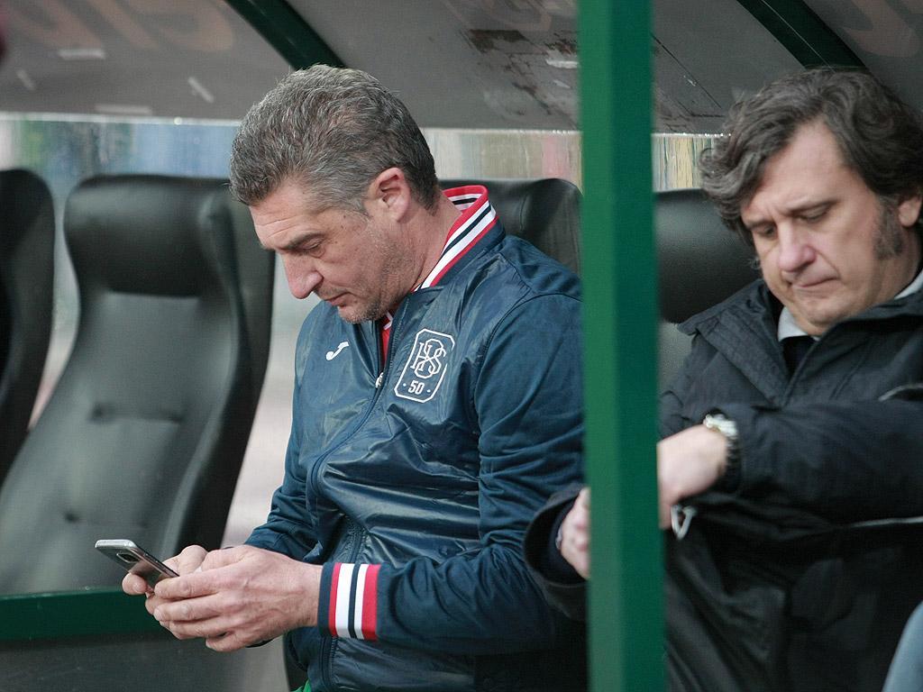 Даниеле Масаро с телефон на резервната скамейка