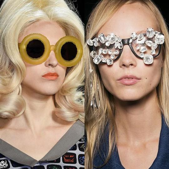 """Уникати: Време е за запазения ми финал при разглеждане на тенденциите. Онези модели, които превръщат модата в изкуство, по което си заслужава да се пристрастиш. Този път давам бонус точки за лудост на """"надуваемите"""" слънчеви очила на Jeremy Scott и на очилата-бижу на Lutz."""