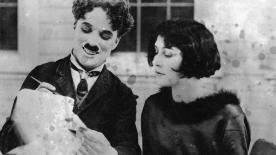 Майка му губи гласа си и на сцената изгрява Чарли Чаплин
