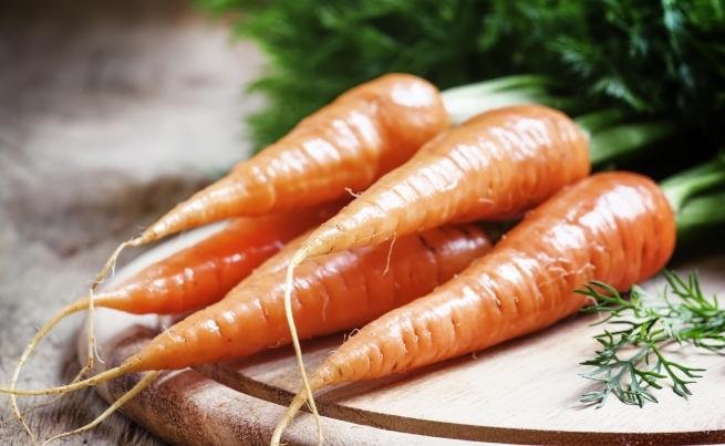 <p>Моркови - 1072 микрограма лутеин в 1 чаша</p>