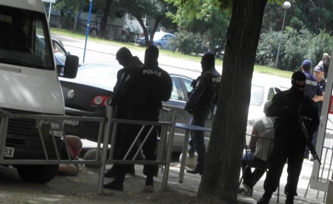 Роднини на сводника от Благоевград заляха журналисти с вода