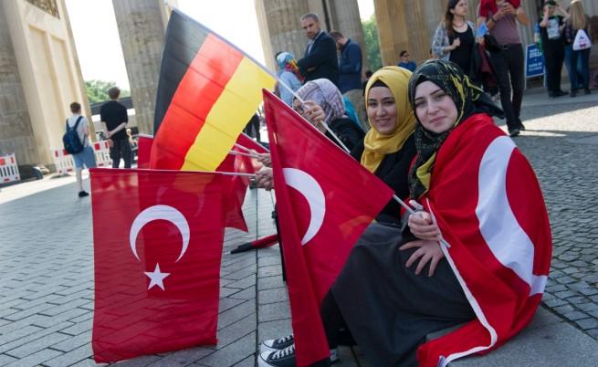 Около 1000 протестиращи с турски и германски знамена се събраха пред Бундестага в знак на солидарност с Турция и срещу приемането на резолюцията, с която Германия признава геноцида над арменците