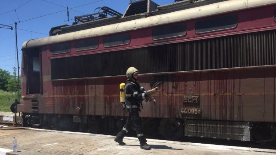 Запали се локомотив с 67 души във влака