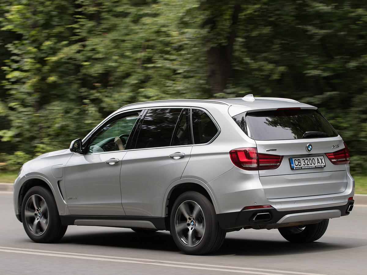 Първият plug-in хибрид в гамата на BMW е причина за повдигане на вежди и недоверчиви погледи. Но истината е, че с 2,0-литров бензинов двигател Х5 се чувства идеално на пътя. Може да измине до 31 км на ток. В свят, в който хората купуват големи, тежки SUV модели, за да изминават само кратки разстояния, този Х5 може да е идеалният автомобил за всичко онова, което търсите от SUV на BMW.