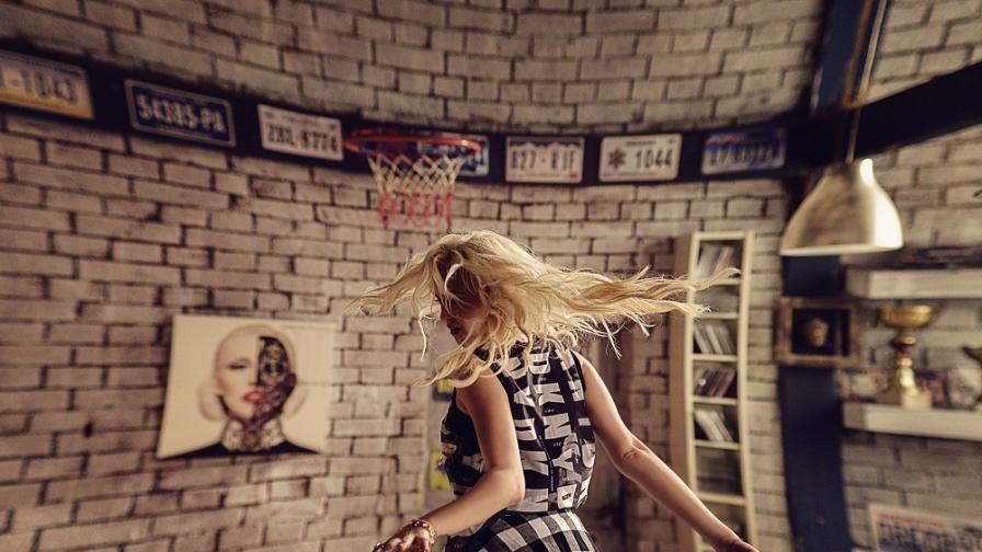 Момичето, което кани да избягаме