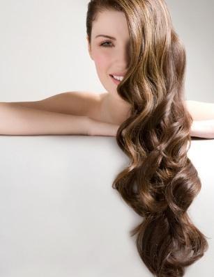 <p><strong>4. Хидратирай косата си между издухванията със сешоар</strong></p>  <p>Дори да не ползвай сешоар, за да придадеш повече обем на косата си, тя въпреки това се нуждае от дневна доза хидратация. За целта можеш да използваш хидратиращи спрейове &ndash; освен това, те запазват вида на прическата, като съживяват стилизиращите продукти, които си нанесла предния ден.</p>
