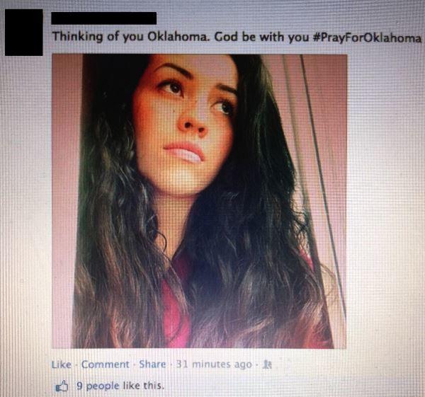 Текстът над селфито гласи, че момичето мисли за жертвите от торнадо в Оклахома, САЩ...