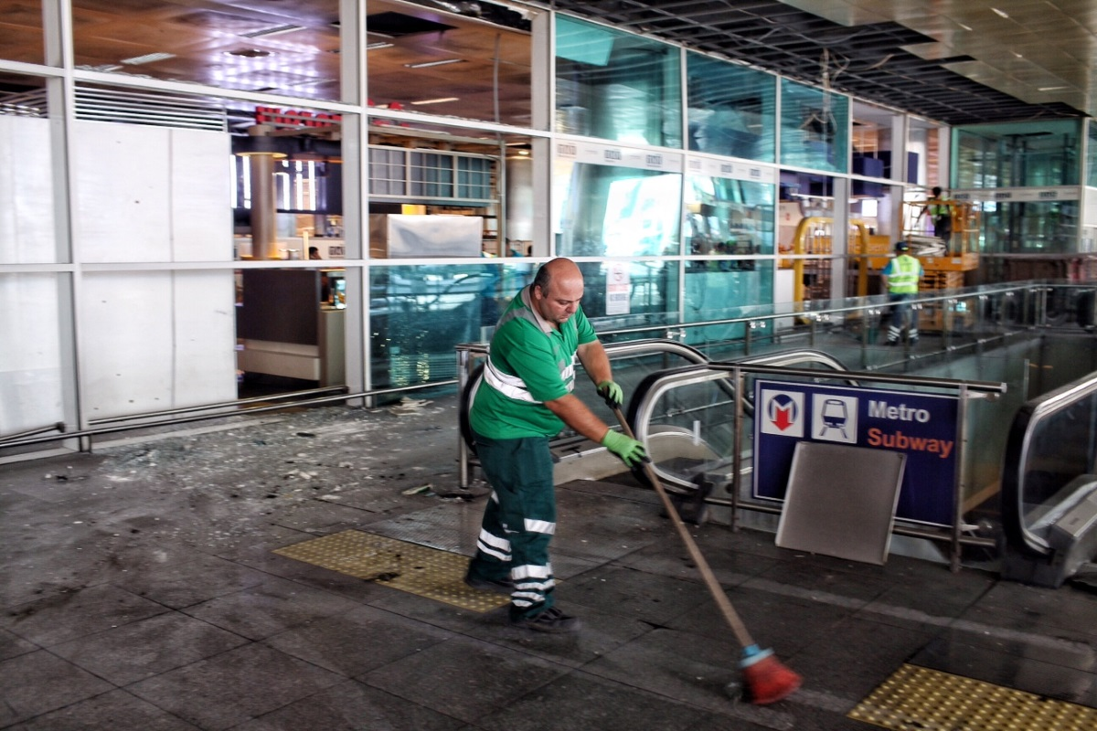 """Серия експлозии и престрелка разтърсиха международното летище """"Ататюрк"""" в Истанбул снощи, след като трима самоубийствени атентатори задействаха взривни устройства. В резултат на покушението загинаха над 40 души, а над 200 бяха ранени. Премиерът на Турция Бинали Йълдъръм разкри, че действията на атентаторите сочат властите към """"Ислямска държава"""", но все още няма официално потвърждение."""