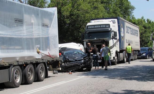 Катастрофа между два ТИР-а и три коли край Русе
