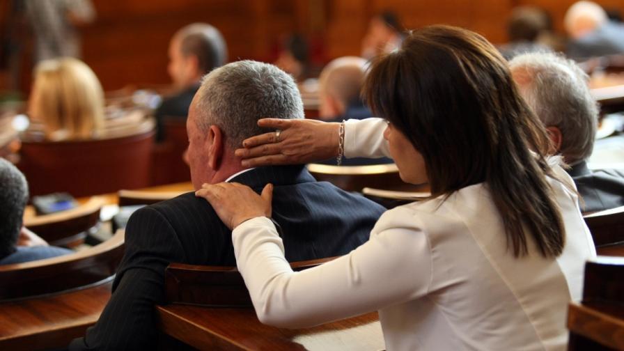 Депутатка разтрива колега насред пленарната зала