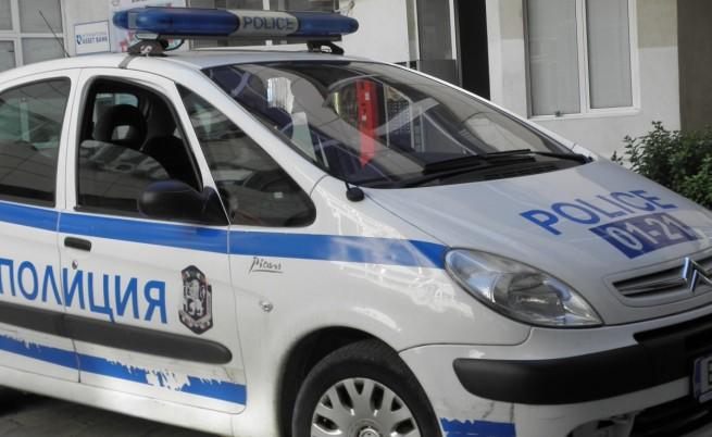 Пешеходец наръга двама мъже в кола