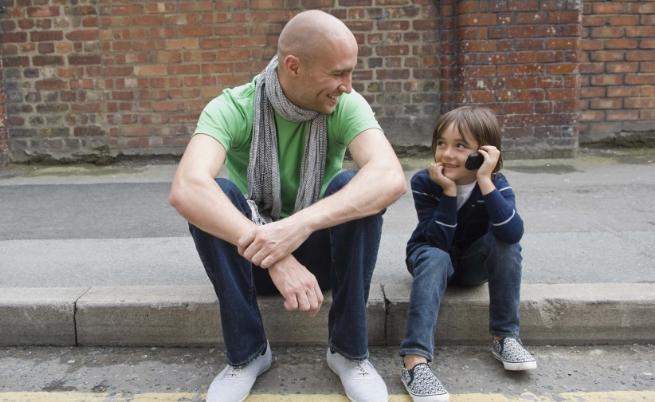 На улицата малко дете идва при теб и те пита колко е часът, не виждаш родителите му. Какво ще направиш?