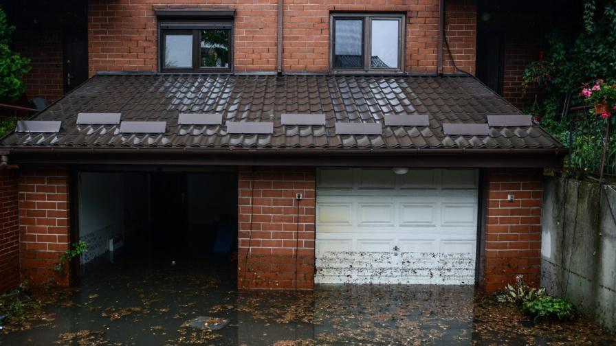 Проливни дъждове в Полша, наводни се метро